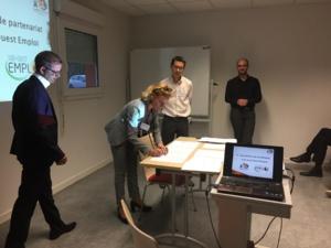 Karine Guérin et François-Régis Chabert qui s'apprètent à signer la convention de partenariat, sous les yeurs de leur Directeur